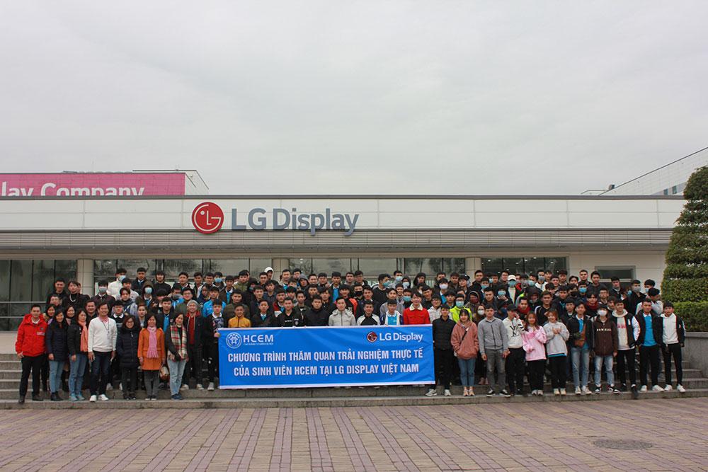 Sinh-viên-thăm-quan-trải-nghiệm-thực-tế-tại-LG-Display-Việt-Nam.jpg